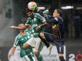 El jugador de Palmeiras Thiago Santos (i) disputa el balón con Sebastián Sosa (d) de Rosario Central  durante un partido de la Copa Libertadores en el estadio Arena Palmeiras, en la ciudad de Sao Paulo (Brasil). EFE