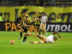 El jugador Pablo Camacho (c) de Deportivo Táchira disputa el balón con Fidel Martínez (d) de Pumas  durante un partido de la Copa Libertadores, en la ciudad de San Cristóbal (Venezuela). EFE