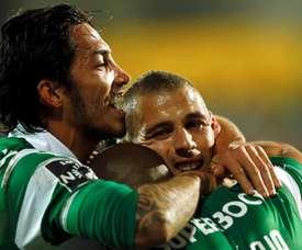 El delantero argelino del Sporting Slimani (d) celebra con sus compañeros uno de su goles contra el Estoril. EFE/EPA
