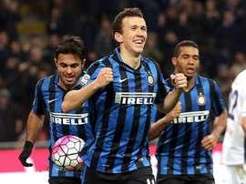 El jugador del Inter Ivan Perisic celebra su gol durante el partido de la Serie A que han jugado  Inter FC y Bologna FC en el Giuseppe Meazza stadium de Milán, Italia. EFE/EPA