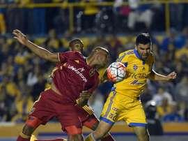 El jugador de Tigres José Rivas (d) disputa el balón con Jamison Olave (i), del Real Salt Lake, el 24 de febrero de 2016, durante un partido entre Monterrey y Real Salt Lake por la Liga de Campeones de la Concacaf, en el estadio Universitario de Monterrey (México). EFE/Archivo