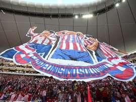 Aficionados de Chivas extienden una manta con la leyenda
