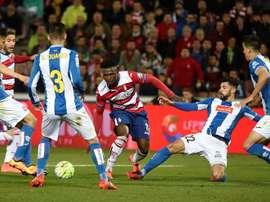 El defensa del Espanyol Álvaro González (2d) y el delantero nigeriano del Espanyol Isaac Success (c) durante el partido de la vigésimo novena jornada de Liga en Primera División que en el estadio Nuevo Los Cármenes, en Granada. EFE