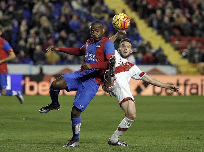 El centrocampista mozambiqueño del Levante UD, Simao Mate (i). EFE/Archivo