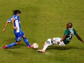 El jugador del Racing Oscar Romero (i) lucha un balón contra Felipe Banguero (d), del Deportivo Cali durante un partido de la Copa Libertadores realizado en el estadio del Deportivo Cali en Palmira (Colombia). EFE