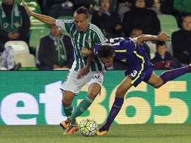 El centrocampista argelino del Betis Foued Kadir (i) pelea un balón con el brasileño Weligton, del Málaga, durante el partido de Liga en Primera División jugado en el estadio Benito Villamarín, en Sevilla. EFE
