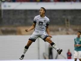 El futbolista colombiano Andrés Andrade, del América de México, fue registrado este sábado al celebrar un gol que le anotó al León de Guanajuato, durante un partido de la jornada 11 del Torneo Clausura del fútbol en México, en el Estadio Azteca de Ciudad de México. EFE