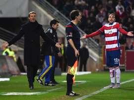 El entrenador del Granada José González (i) junto al defensa portugués Miguel Lopes (d) durante el partido de la vigésimo novena jornada de Liga en Primera División. EFE/Archivo