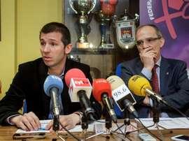 El seleccionador nacional de futbol Sub21, Albert Celades (i), y el presidente de la Federación de Futbol de Castilla y León, Marcelino Maté, durante la presentación del encuentro internacional España-Croacia. EFE
