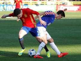 El defensa de la selección española sub21 Héctor Bellerín (i) disputa un balón con el centrocampista de Croacia Ante Coric (d), durante el partido del Grupo 6 de clasificación para la Eurocopa de 2017, que se juega hoy en el estadio de El Plantío, en Burgos. EFE