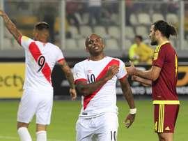 El jugador de Perú Jefferson Farfán (c) se lamenta luego de fallar una ocasión de gol ante Venezuela este jueves, 24 de marzo de 2016, durante un partido de las eliminatorias del mundial Rusia 2018 que se disputa en el estadio Nacional de Lima (Perú). EFE