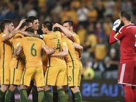 El jugador australiano Tim Cahill celebra con sus compañeros su segundo gol, durante el partido entre Australia y Jordania de la fase de clasificación del grupo B para la Copa Mundial de 2018 disputado en el Sydney Football Stadium de Sídney (Australia). EFE
