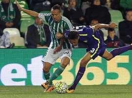 El centrocampista argelino del Betis Foued Kadir (i) pelea un balón con el brasileño Weligton, del Málaga, durante el partido de Liga en Primera División que están disputando en el estadio Benito Villamarín, en Sevilla. EFE/Archivo