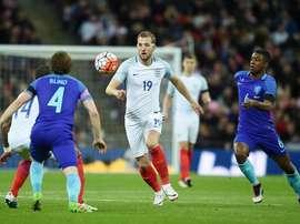 El jugador Harry Kane (c) de Inglaterra en acción hoy, martes 29 de marzo de 2016, durante un partido amistoso internacional entre Inglaterra y Países Bajos en el estadio Wembley en Londres (Reino Unido). EFE