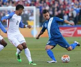 El futbolista Stefano Cincotta (d), de la selección nacional de Guatemala, fue registrado este martes al disputar un balón con DeAndre Tedlin (i), de la selección de Estado Unidos, durante un partido por las eliminatorias de la Concacaf al Mundial FIFA de Rusia 2018, en el estadio Mapfre de Columbus (Ohio, EE.UU.). EFE