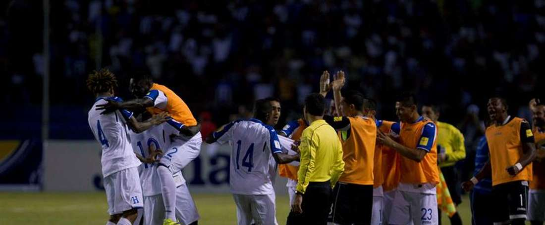 Futbolistas de la selección nacional de Honduras fueron registrados al celebrar un gol anotado a El Salvador, durante un partido por las eliminatorias de la Concacaf al Mundial FIFA de Rusia 2018, en el Estadio Olímpico de San Pedro Sula (Honduras). EFE