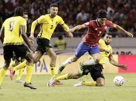 El jugador de Costa Rica Cristian Bolaños (2-i) disputa el balón con Akeem Habdukke (2d) y Michael James (i) de Jamaica durante un partido de la eliminatoria para el Mundial de Fútbol Rusia 2018. celebrado en San José (Costa Rica). EFE