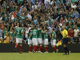 Jugadores de la selección mexicana de fútbol fueron registrados al celebrar un gol anotado a Canadá, durante un partido del grupo A de la eliminatoria de la Concacaf rumbo al Mundial FIFA de Rusia 2018, en el Estadio Azteca de Ciudad de México. EFE