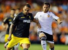El delantero del Valencia, Piatti (d) disputa un balón con el defensa del Granada, Miguel Lopes (i). EFE/Archivo