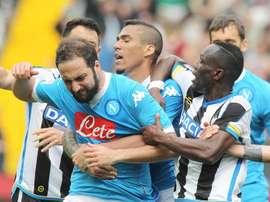 El jugador del Nápoles Gonzalo Higuaín (i), reacciona después de recibir una tarjeta roja, durante el partido de la Serie A con el Udinese en el estadio Friuli. EFE