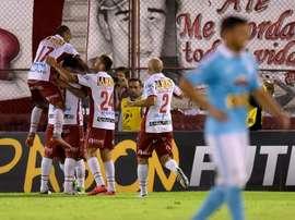 Futbolistas del Huracán de Argentina fueron registrados este martes al festejar un gol anotado al Sporting Cristal de Perú, durante un partido del grupo 4 de la Copa Libertadores 2016, en Buenos Aires (Argentina). EFE
