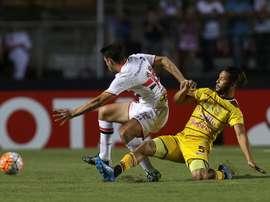 Jonathan Calleri (i) de Sao Paulo disputa el balón con Galileo Del Castilho (d) de Trujillanos durante un partido de la Copa Libertadores en el estadio de Morumbi, en la ciudad de Sao Paulo (Brasil). EFE