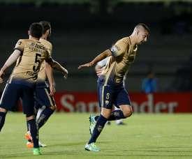 El futbolista Gerardo Alcoba (d), de los Pumas de México, fue registrado este miércoles al celebrar un gol anotado al Olimpia de Paraguay, durante un partido del grupo 7 de la Copa Libertadores 2016, en el Estadio Olímpico Universitario de Ciudad de México. EFE
