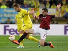 El delantero del Villarreal Roberto Soldado (i) trta de escapar de Holek, del Sparta de Praga, durante el partido de ida de los cuartos de final de la Liga Europa en el estadio de El Madrigal, en Villarreal. EFE