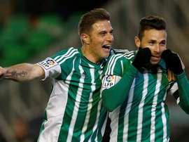 El delantero del Real Betis Rubén Castro (d) es felicitado por Joaquín tras marcar un gol durante un partido. EFE/Archivo