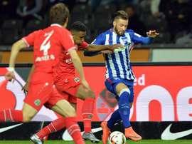 El jugador Marvin Plattenhardt del Hertha (d) compite con Hiroki Sakai y Noah- Joel Sarenren-Bazee del Hannover en el Estadio Olímpico de Berlín, Alemania. EFE