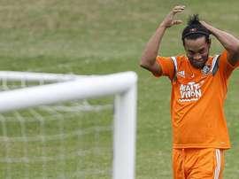Fotografía tomada el pasado 27 de julio en la que se registró al futbolista brasileño Ronaldinho Gaucho, quien jugará el próximo 26 de junio un partido de exhibición con el Cienciano del Cuzco ante el también peruano Sporting Cristal. EFE/Archivo