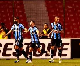 El futbolista Douglas (i), del Gremio de Brasil, fue registrado este miércoles al celebrar un gol que le anotó a Liga de Quito, durante un partido del grupo 6 de la Copa Libertadores 2016, en Quito (Ecuador). EFE
