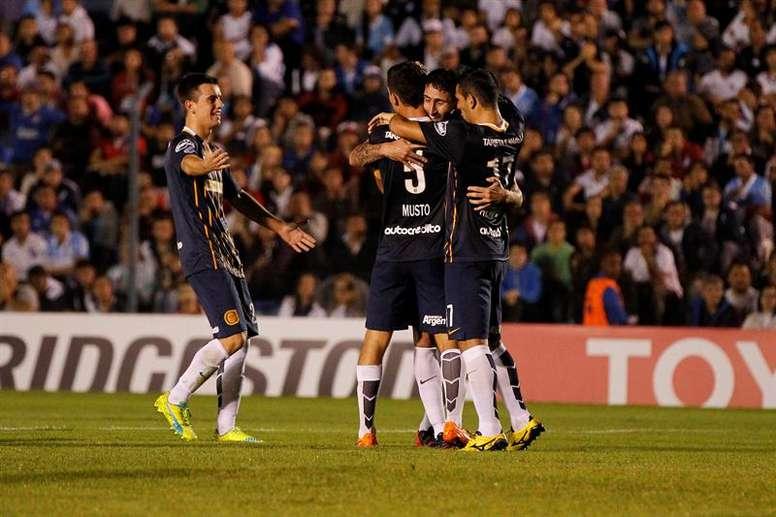 Futbolistas de Rosario Central de Argentina fueron registrados este jueves al celebrar un gol que le anotaron al Nacional de Uruguay, durante un partido del grupo 2 de la Copa Libertadores 2016, en el Estadio Gran Parque Central de Montevideo (Uruguay). La visita se impuso 0-2 y accedió a los octavos de final del certamen. EFE