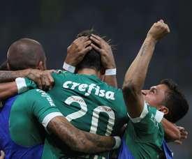 Agustin Allione de Palmeiras celebra un gol con sus compañeros ante River Plate uruguayo durante un partido de la Copa Libertadores en el estadio Allianz Park, en la ciudad de Sao Paulo (Brasil). EFE