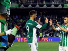 Los jugadores del Real Betis, el holandés Ricky Van Wolfswinkel (i) y Rubén Castro, celebran el primer y único gol del equipo verdiblanco, durante el encuentro correspondiente a la jornada 34 de primera división, que disputaron anoche. EFE