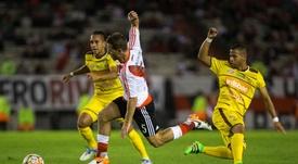 Gerardo Mendoza, a la derecha en un partido de Libertadores, fue asesinado. EFE