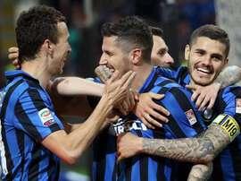 El delantero del Fc Inter Stevan Jovetic (c) celebra un gol al Udinese en el Giuseppe Meazza de Milan, Italia. EFE/EPA