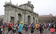 Corredores de la XVI edición del Medio Maratón Villa de Madrid a su paso por la Puerta de Alcalá. EFE/Archivo