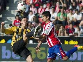 El centrocampista croata del Real Zaragoza Tomislav Dujmovic (i) pelea un balón con el mediocentro del Sporting de Gijón Nacho Cases durante un partido. EFE/Archivo