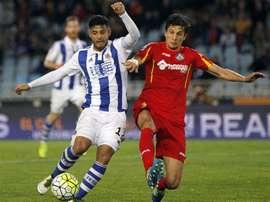 El delantero de la Real Sociedad Carlos Vela (i) pelea un balón con el argentino Vergini, del Getafe, durante un partido. EFE/Archivo