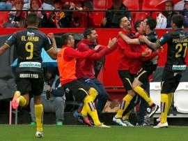 Los jugadores del Granada celebran el gol de Isaac Cuenca ante el Sevilla ,durante el partido de Liga BBVA en el estadio Sánchez Pizjuán de Sevilla. EFE