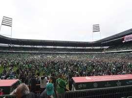 Hinchas del Werder Bremen celebran la salvación de su equipo en el Weserstadion de Bremen, Alemania. EFE/EPA