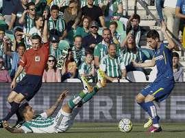 El centrocampista brasileño del Betis Petros Matheus (i) disputa un balón con el centrocampista del Getafe Moi Gómez, durante la 38 y última jornada de la Liga de Primera División en el estadio Benito Villamarín, de Sevilla. EFE
