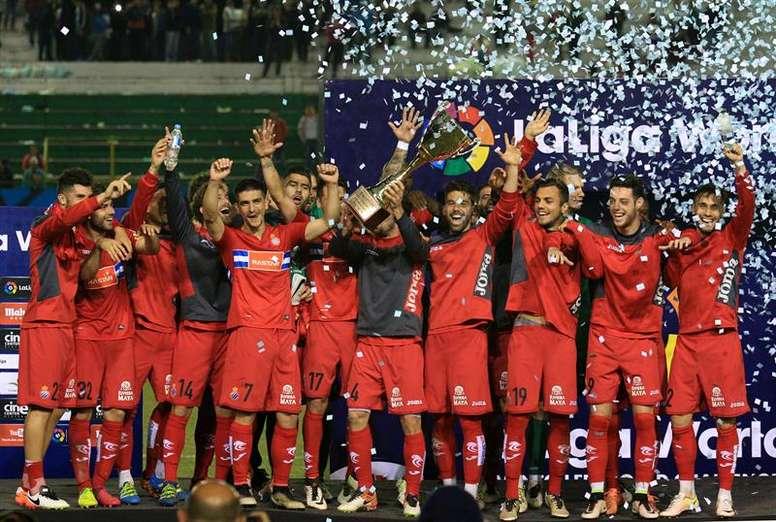 Los jugadores del Espanyol celebran el trofeo conmemorativo del partido amistoso. EFE