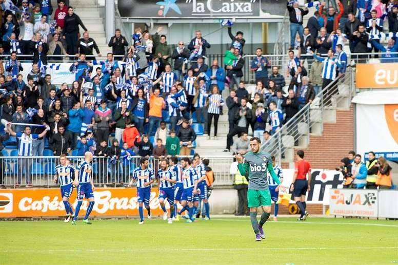 El defensa de la Ponferradina Dani Suárez (d) después de que su equipo encajara el segundo gol ante el Alavés, en partido de Segunda División que se disputó en el estadio de Mendizorroza. EFE