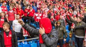 Aficionados del Liverpool gritan consignas a los del Sevilla antes del partido por la final de la Liga Europa entre el Sevilla español y el Liverpool inglés, en el estadio St. Jakob-Park de Basilea (Suiza). EFE/Archivo