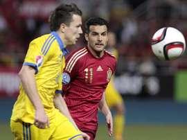 El delantero de la seleccion española de fútbol, Pedro Rodríguez (d), lucha el balón con Konoplyanka. EFE/Archivo