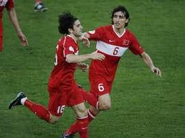 El jugador de la selección turca Ugur Boral (i) y  Mehmet Topal. EFE/Archivo