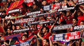 Las peñas de Osasuna festejan hoy su día en Pamplona y muestran su apoyo al equipo que se juega sus opciones de subir a Primera División la próxima temporada en el partido que juegan contra el Huesca en el estadio de El Sadar. EFE
