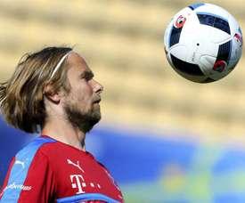 El jugador de la selección checa de fútbol Jaroslav Plasil entrena con el equipo en Tours, Francia. EFE